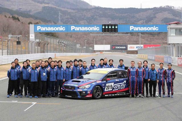 画像: 第47回 ニュルブルクリンク24時間レースに挑むチーム。日本人ドライバー、山内選手と井口選手も搭乗する。