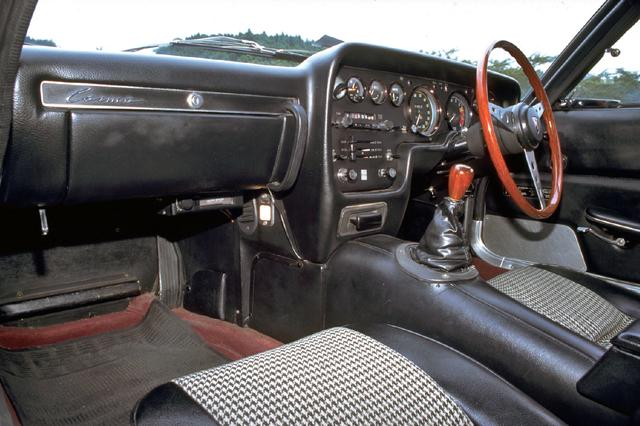 画像: 短いシフトレバー、大径のステアリングホイールが当時をしのばせる。助手席にはアシストグリップがつく。