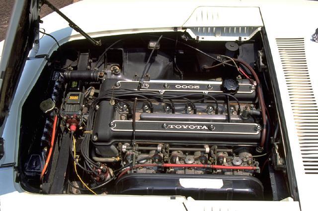 画像: エンジンはクラウン用のM型 SOHCをヤマハがチューンしDOHC化したもの。カムシャフト駆動用チェーンは2段掛けになっていた。