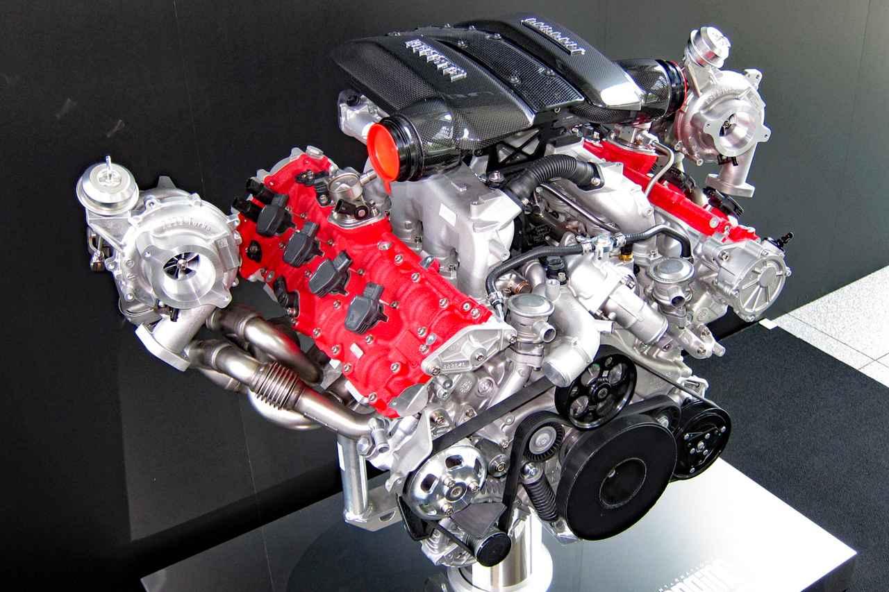画像: 発表会場に展示されていたV8ツインターボエンジンの単体。