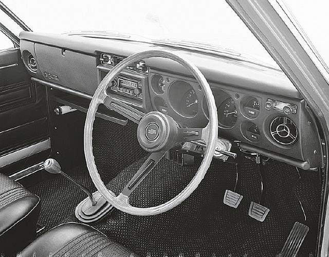 画像: 運転席まわりは4ドアセダンと同じ。ビニールレザーのシートが当時を物語る。夏の暑い日には蒸れたものだった。