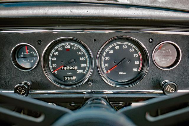 画像: スピードメーターのスケールは200km/h、タコメーターは7000rpmからがレッドゾーンとなる。