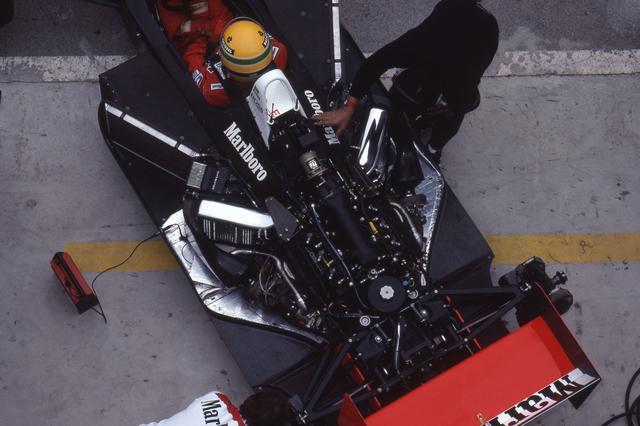 画像: ブースト圧規制が入るまでは7バールまで上げられていたという過給圧は2.5バールまで制限。しかしそれがかえってライバルたちとの差を広げ、ホンダエンジンは圧倒的な速さを手に入れた。