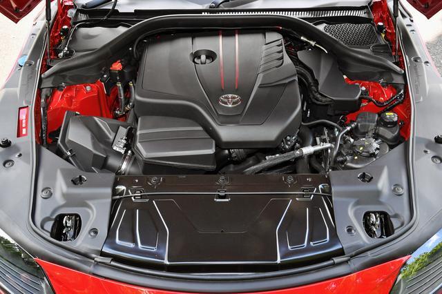 画像: 直4ならではのコンパクトさを活かした軽量エンジンは前後重量配分のさらなる最適化を実現し、軽快な回頭性を披露してくれる。