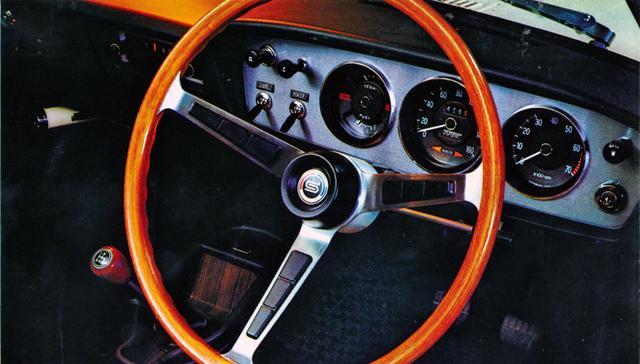画像: シンプルな運転席まわり。右にタコ、左にスピード、その左に水温計を配置する。ラジオの上にはヒーター関係のスイッチ類。