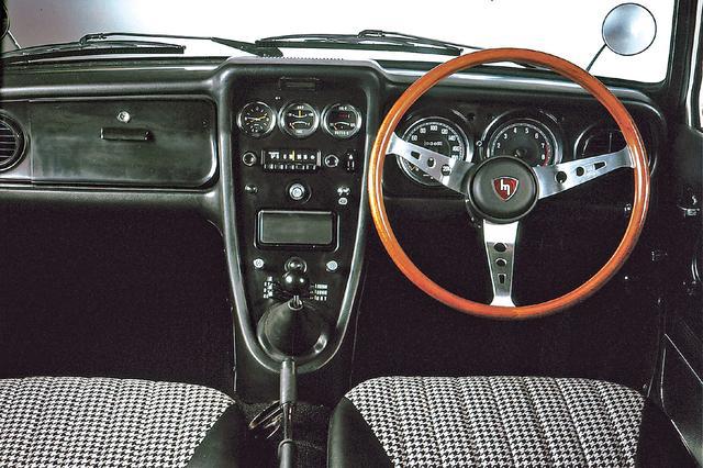 画像: スポーツ性を強調したT型のインストルメントパネル。タコメーターは6500からイエロー、7000からレッドで、オーバーレブを知らせるブザーが付いていた。