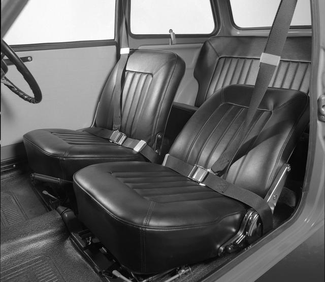画像: 室内もシンプル。3点式シートベルトは備わっていたがヘッドレストは装着されていなかった。
