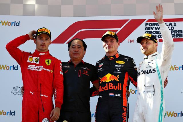画像: 今季初優勝となったレッドブル。その表彰台にホンダの田辺豊治F1テクニカルディレクターが上がったのは印象的だった(左から2人目)。