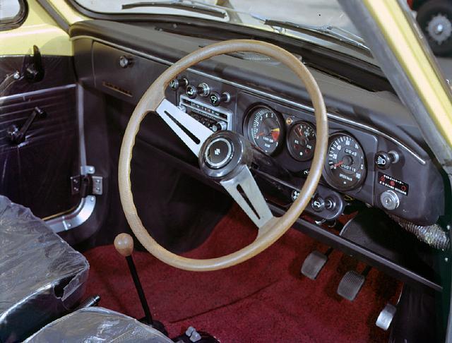 画像: シンプルながらもスポーツ心のある運転席。スバルヤングSS同様RR方式だからレッグスペースが広い。2本スポークのステアリングがユニーク。