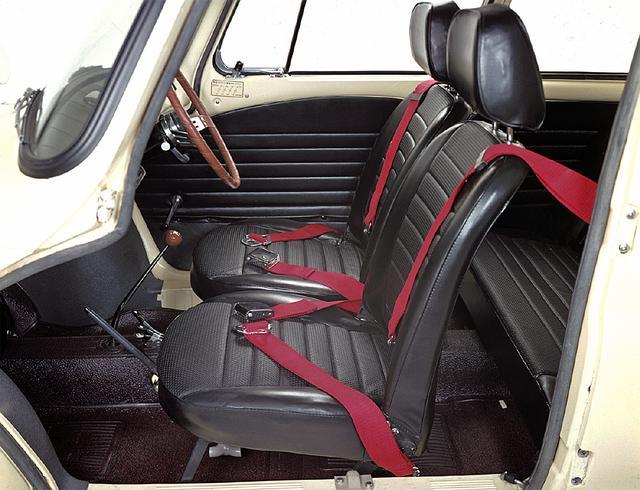 画像: 3点式シートベルトも備える。シフトレバー下にはチョークレバーがあった。