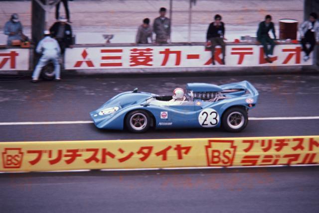 画像: 予選3番手の23号車ニッサンR382は燃料系のトラブルで優勝争いから脱落。可変式リアウイングの禁止によって失われたダウンフォースを補うべく、ボディ後端はウイングのような形状となっていた。