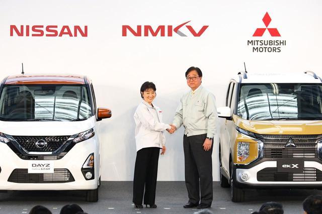 画像: 日産デイズと三菱eKのオフライン式。益子会長CEO(当時・右)と日産自動車の星野専務執行役員(左)。