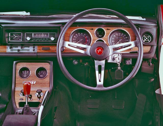 """画像: メーターまわりは基本的にはGTと同じデザインだ。バケットシート、ステアリングボスとシフトノブ上の""""赤""""がGT-Rの証し。"""