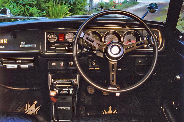 画像: コクピットはメーターパネルも含め黒一色。メーターは右から大型の回転計/速度計と燃料計、中央に油圧計/電流計の5個が並ぶ。