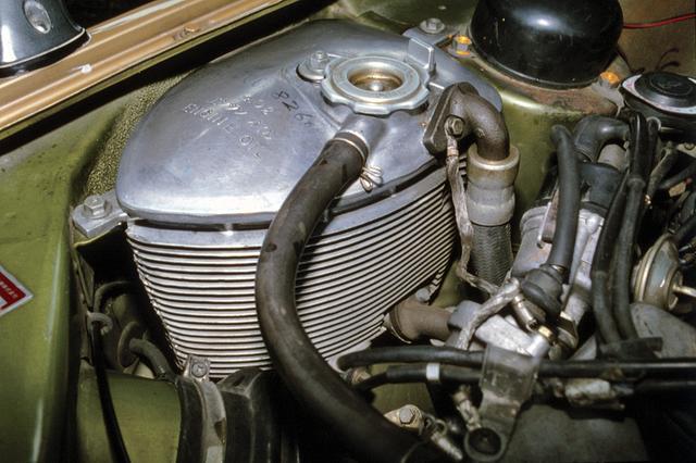 画像: これがドライサンプのオイルタンク。サクションポンプで吸い上げられたエンジンオイルは、ここで冷却されエンジン内に戻される。