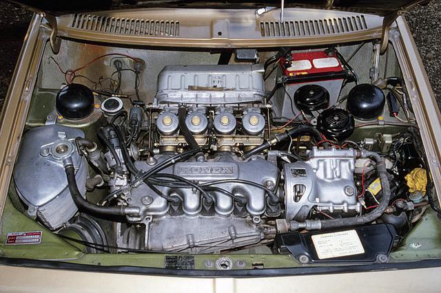 画像: 発売当初のエンジンはケイヒン製キャブレターを4連装し、115psを発生した。エンジンオイルはドライサンプ方式だ。