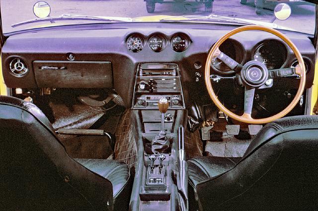画像: 深いフードに包み込まれたタコメーターのレッドゾーンは7500rpmから。低いシートポジションとともに、Zは乗る人を熱くする。