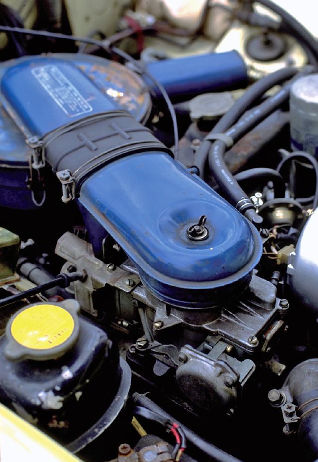 画像: フロントに縦置きされる13A型ロータリーエンジン。4バレルキャブレターを単装し126psを発生する。
