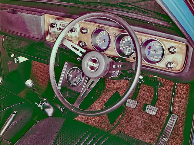 画像: 室内はメーターパネルを除いて黒で統一され、ステアリングは皮巻きとウッドがあった。ノンパワーだったが車重が軽いのでステアリング操作は軽快だった。
