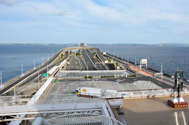 画像: 東京湾アクアラインにある海ほたるPAから、房総半島を望む。