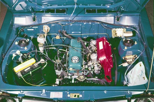 画像: 名機A12型エンジン。OHVだがDOHC並みに7000rpmまで軽快に吹け上がった。このエンジンがあってのGXだった。キャブはSU×2。