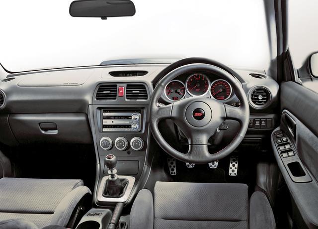画像: スピードメーターは専用の260km/h表示。インテリア全体をブラックとグレーに統一してドライバーの集中を助ける。