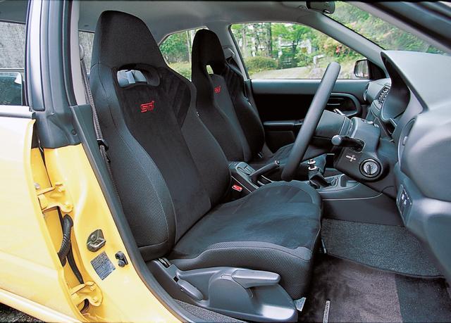 画像: シートバックにSTiのロゴが入ったシートは、表皮も専用のバケットタイプ。ドアトリム素材もS202専用だ。