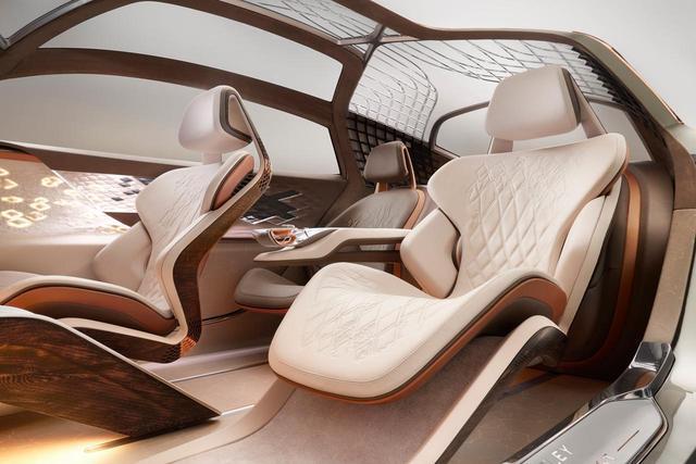 画像: Bentley EXP 100 GTのシート。このモデルは3シーターの設定のようだ。