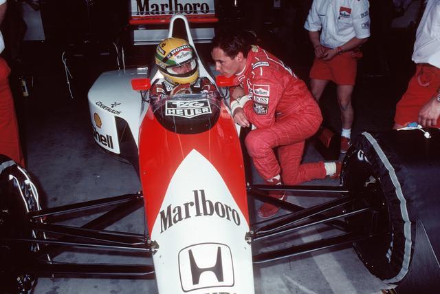画像: ドライバーは、マクラーレンで3シーズン目を迎えるアイルトン・セナ(左)と、フェラーリから移籍してきたゲルハルト・ベルガーのコンビ。ベルガーの加入によりマクラーレンは統率のとれたチームになった。