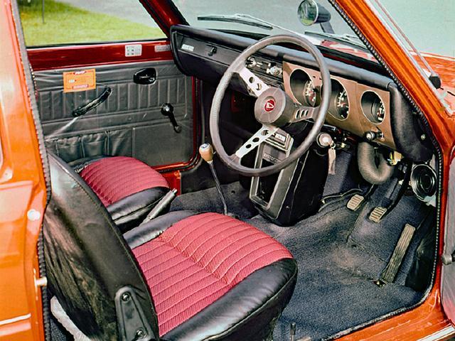 画像: 軽とは思えないスポーツ心に満ちた運転席。装備は1クラス上の大衆車(1000ccクラス)にも引けをとらない。