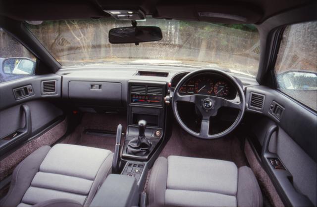 画像: ステアリングやシートは専用品に交換されているが、内装色はまだ標準車と同じだった。