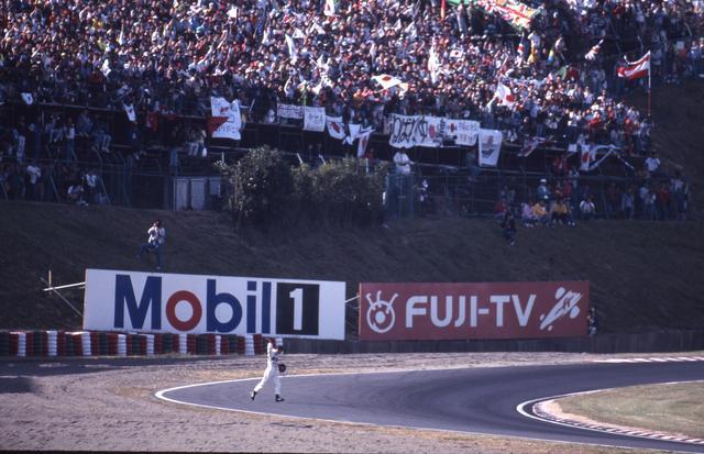 画像: この年限りでF1を引退することになった中嶋悟。日本GPで大観衆に応える姿が印象的だった。その日、鈴鹿サーキットは中嶋一色に染まっていた。