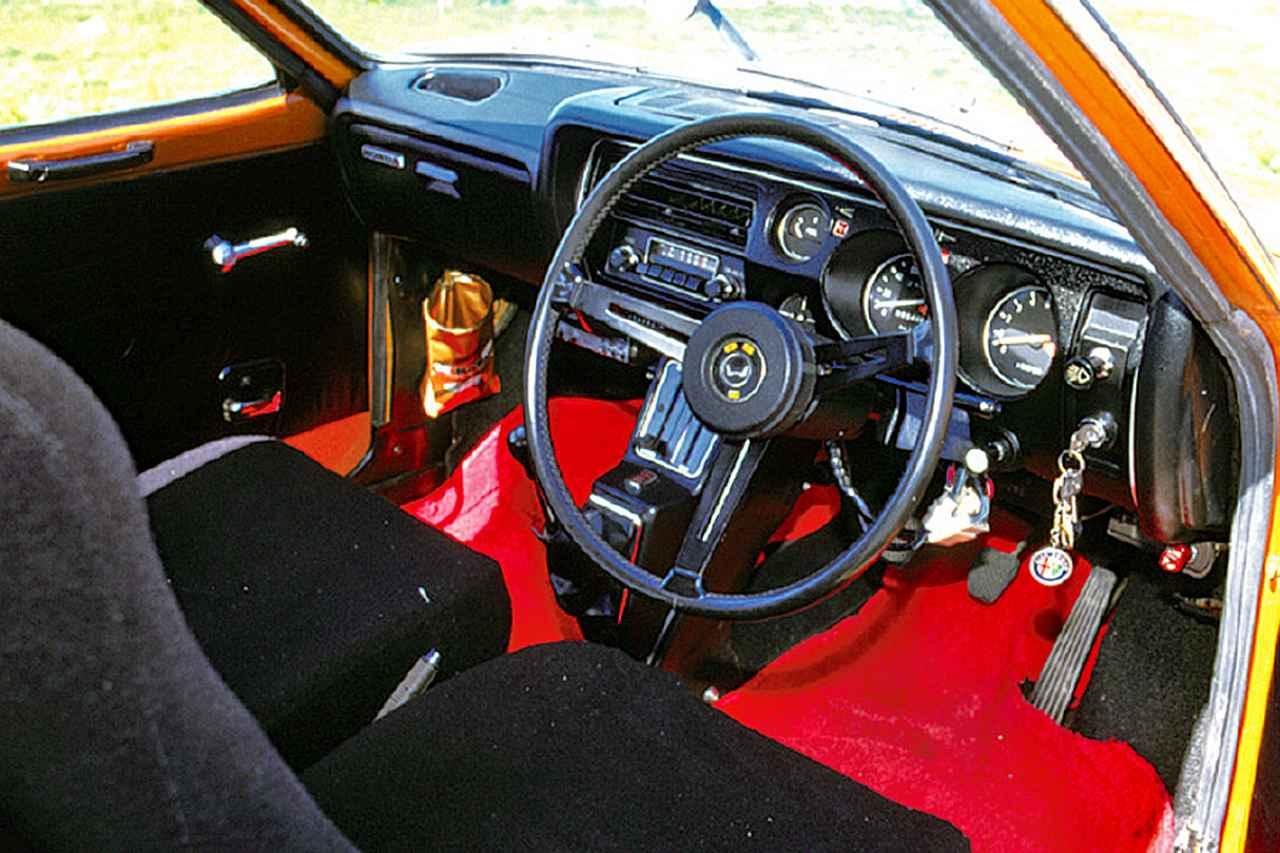 画像: 黒で統一された運転席は、名づけてフライトコクピット。ステアリングは3本スポーク。コンソールから生えているシフトレバーがユニークだった。