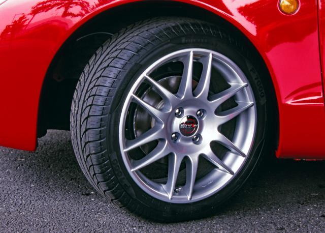 画像: タイヤ&ホイールをワンサイズアップ。20㎜ダウンのサスペンションはディーラーop.だった。
