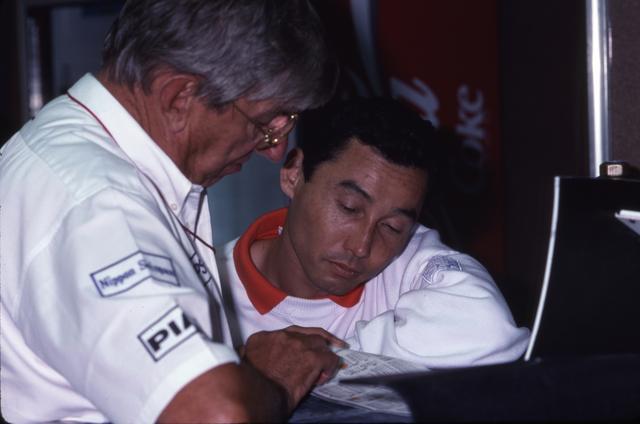 画像: チーム代表のケン・ティレル(左)と中嶋悟。