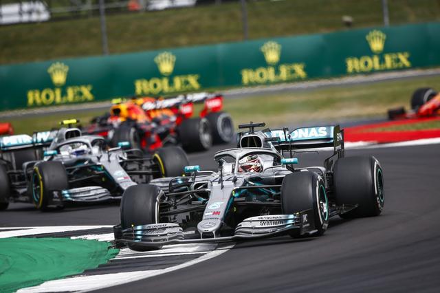 画像: 2番手スタートからシーズン7勝目を飾ったメルセデスAMGのルイス・ハミルトン。ミディアムタイヤからハードタイヤへの1ストップ戦略でファステストラップまで記録した。