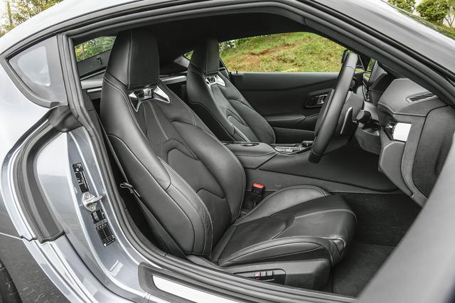 画像: ホールド性にこだわったハイバック構造のスポーツシート。シートヒーターも左右席に標準装備される。
