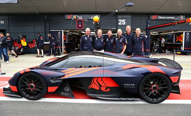 画像: イギリスGP開催中のシルバーストンサーキットに現れたアストンマーティン「ヴァルキリー」。レッドブルのピット前で。