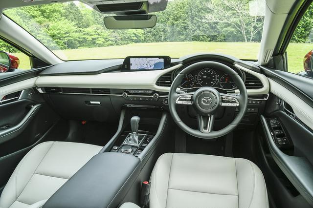 画像: シンプルな造形のインテリアだが、コクピットは左右対称となりディスプレイも運転者側に傾けられている。