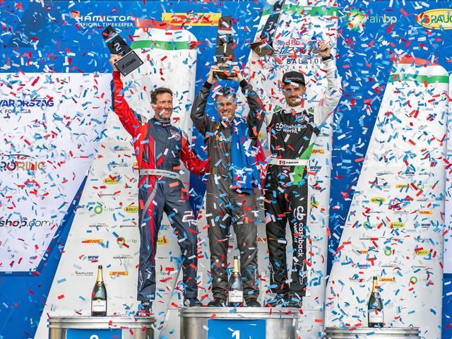 画像: 表彰台で喜びを分かち合うマーフィー選手、ホール選手、そしてマクロード選手(写真左から)。