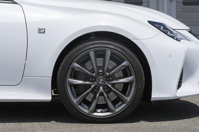 画像: Fスポーツに装着される専用ホイール。タイヤサイズはフロント235/40R19、リア265/35R19となる。