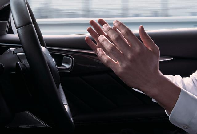 画像: 高速道路の同一車線上においてステアリングから手を放した「ハンズオフ走行」が可能になった。ただし、ドライバーは常に前方を注視すると同時に、必要に応じてステアリングを操作できるように備えることが求められる(ただし、対面通行路、トンネル内、急なコーナー、料金所周辺・合流地点の近くなど、いくつかの状況下では「ハンズオフ機能」はキャンセルされる)。