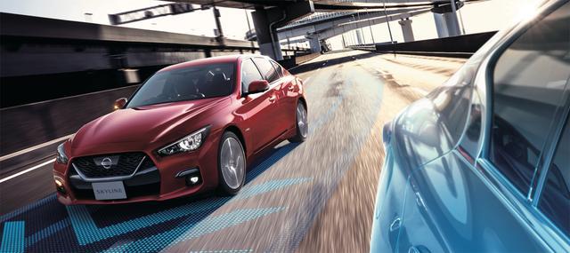 画像: 前方に自車設定速度よりも遅い車両が走行している場合に、システムが表示と音で追い越すか否かを提案。ドライバーがステアリングに手を添えて承認スイッチを操作すると、システムが十分な安全を確認しながら自動で右側に車線変更する。