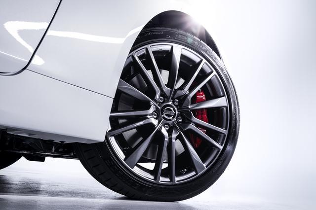 画像: 400Rには増大したパワー/トルクに合わせて専用の対向ピストンブレーキが奢られている。