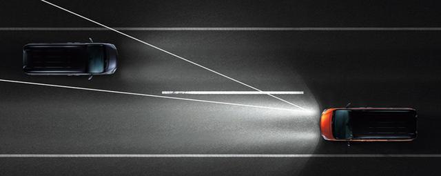 画像: アクティブLEDヘッドライトシステムもしくはハイビームアシスト。前走車や対向車を幻惑せずに遠くまで照らす。