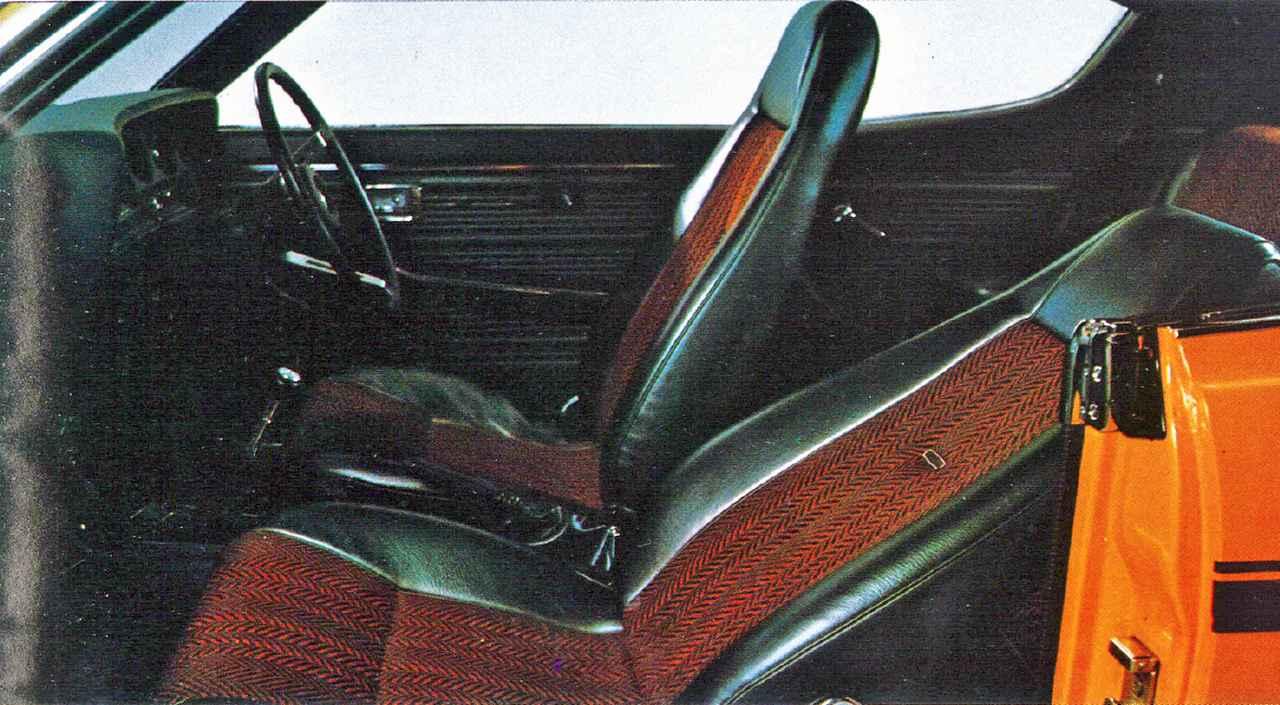 画像: シートのカラーバリエーションはボディカラーごとに異なった。当時の欧州車に比べるとシート形状やホールド感は今ひとつ。定員は5名だが実質は2+2だった