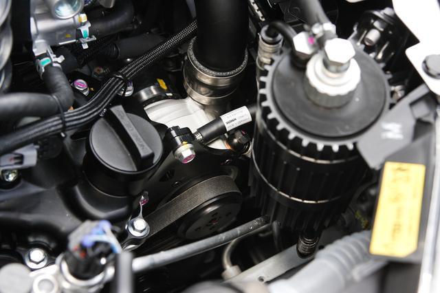 画像: 狭いエンジンルームにスーパーチャージャーを押し込んだ(中央にちらりと見える銀色のパーツがスーパーチャージャー)。