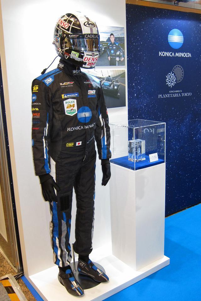 画像: 可夢偉選手がレースで実際に着用したレーシングスーツやヘルメットなども展示された。