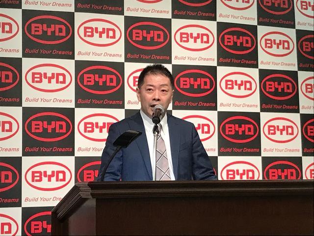 画像: ビーワイディージャパンの花田晋作副社長。「J6」の発表会にて小型EVバス投入の意気込みを語った(2019年3月の発表会にて)