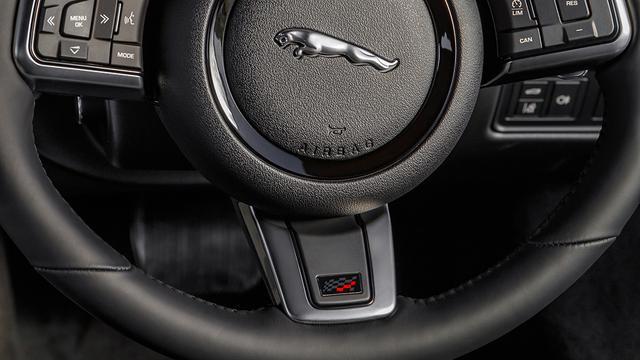 画像: 限定グレードのステアリングとヘッドレストに施される「チェッカーフラッグ・エディション」のロゴ。